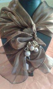 foulard coprispalle marrone con decorazione