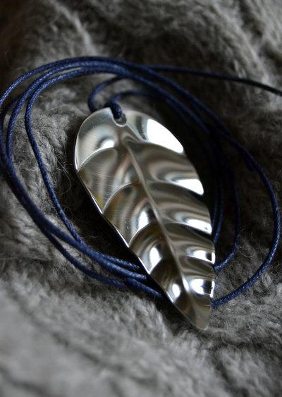 Collana foglia in acciaio Inox battuto