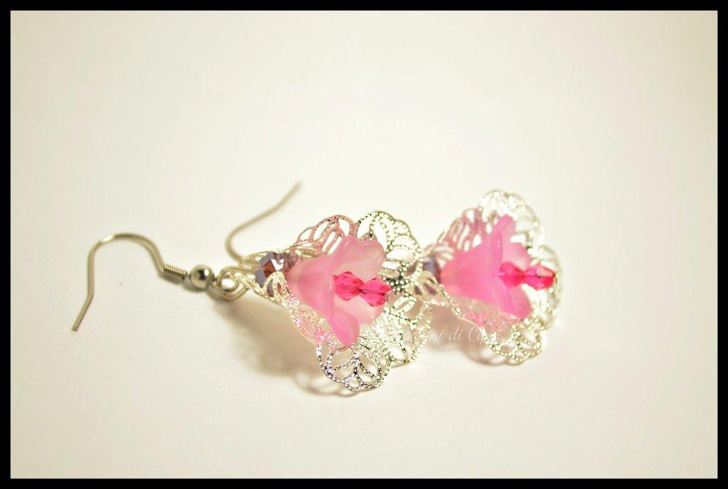 Orecchini con fiori in lucite rosa.