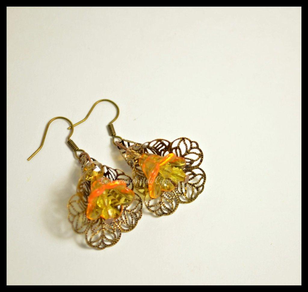 Orecchini con fiori in lucite arancio.