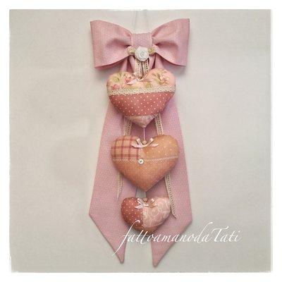 Fiocco nascita in cotone rosa mini pois con tre cuori patchwork sui toni del rosa e pizzo