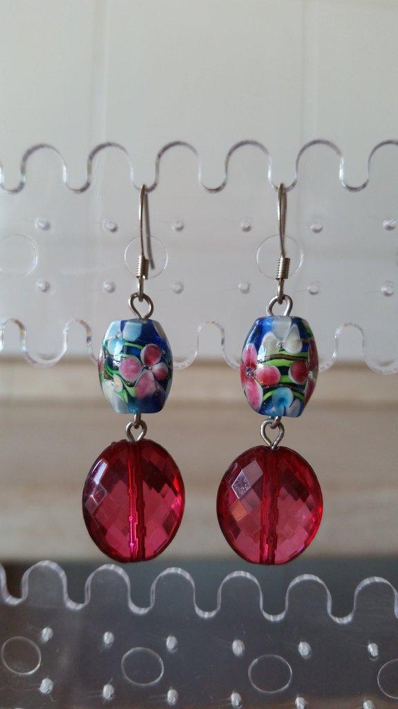 Orecchini pendenti con una perlina multicolore e una rosso amarena