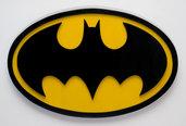 Logo Batman in legno, interamente realizzato a mano con la tecnica del traforo e dipinto di giallo e nero, con colori all'acqua.