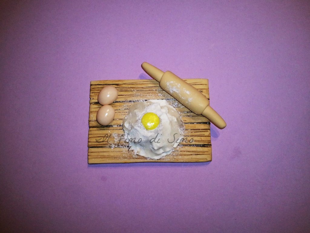 calamita tavolo con uova e farina in fimo