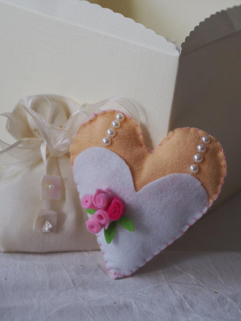 BOMBONIERA da MATRIMONIO in feltro.Cuore che rappresenta un abito da sposa.Applicate roselline e mezze perle.