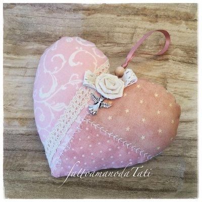 Cuore decorativo patchwork sui toni del rosa con pizzo e rosellina