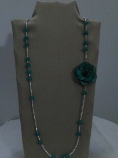 collana lunga pietre dure azzurre e fiore laterale