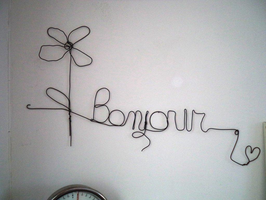 Scritta bonjour in fil di ferro da parete ferro cotto for Decorazioni a parete