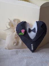 BOMBONIERA da MATRIMONIO in feltro.Cuore che rappresenta un abito da sposo.Applicata rosellina e mezze perle.