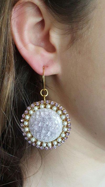 orecchini con cabochon in ceramica lilla e catene strass perla e lilla, monachella dorata anallergica