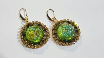 orecchini pendenti in resina verde con catene strass nelle sfumature del verde, monachelle nichel free