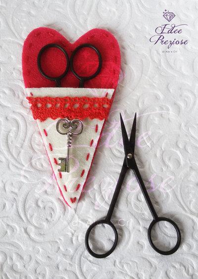 Custodia porta forbice in feltro rosso con forbicina da cucito