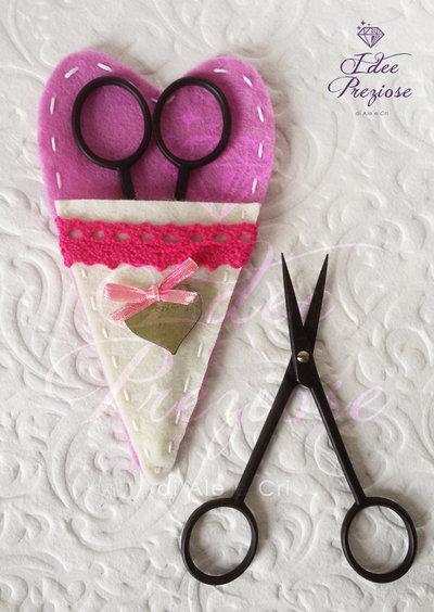 Custodia porta forbice in feltro rosa con forbicina da cucito