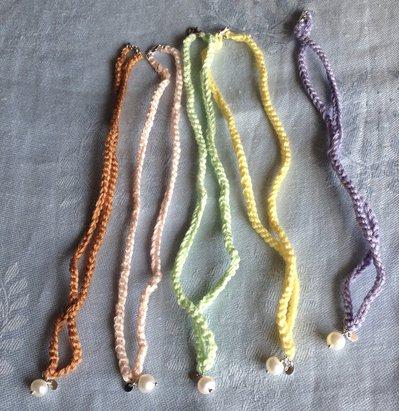 Girocollo/bracciale fatto a mano in cotone, argento e perle.