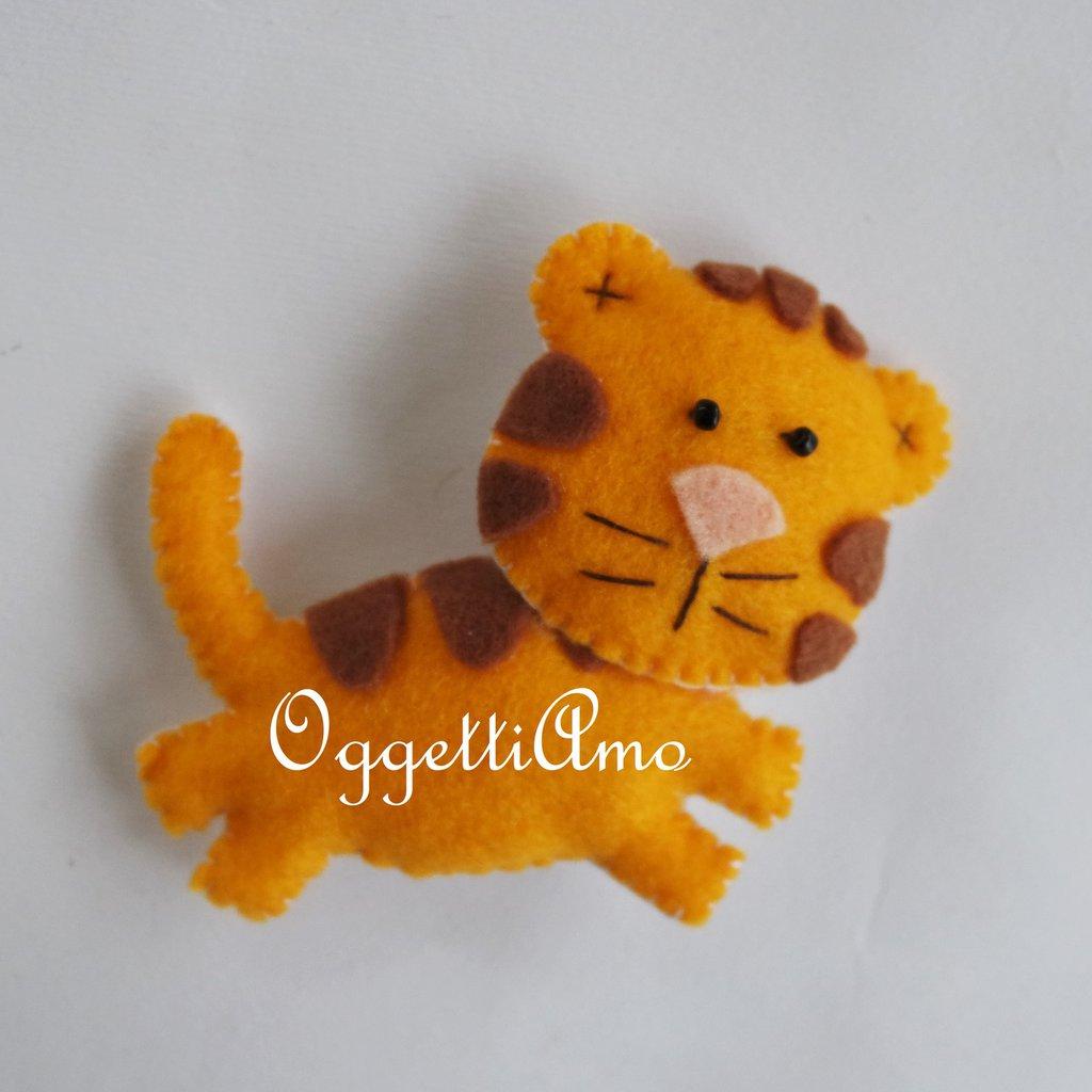 Tigre in feltro come bomboniera o gadget per una festa di compleanno a tema: calamita, spilla o portachiavi?