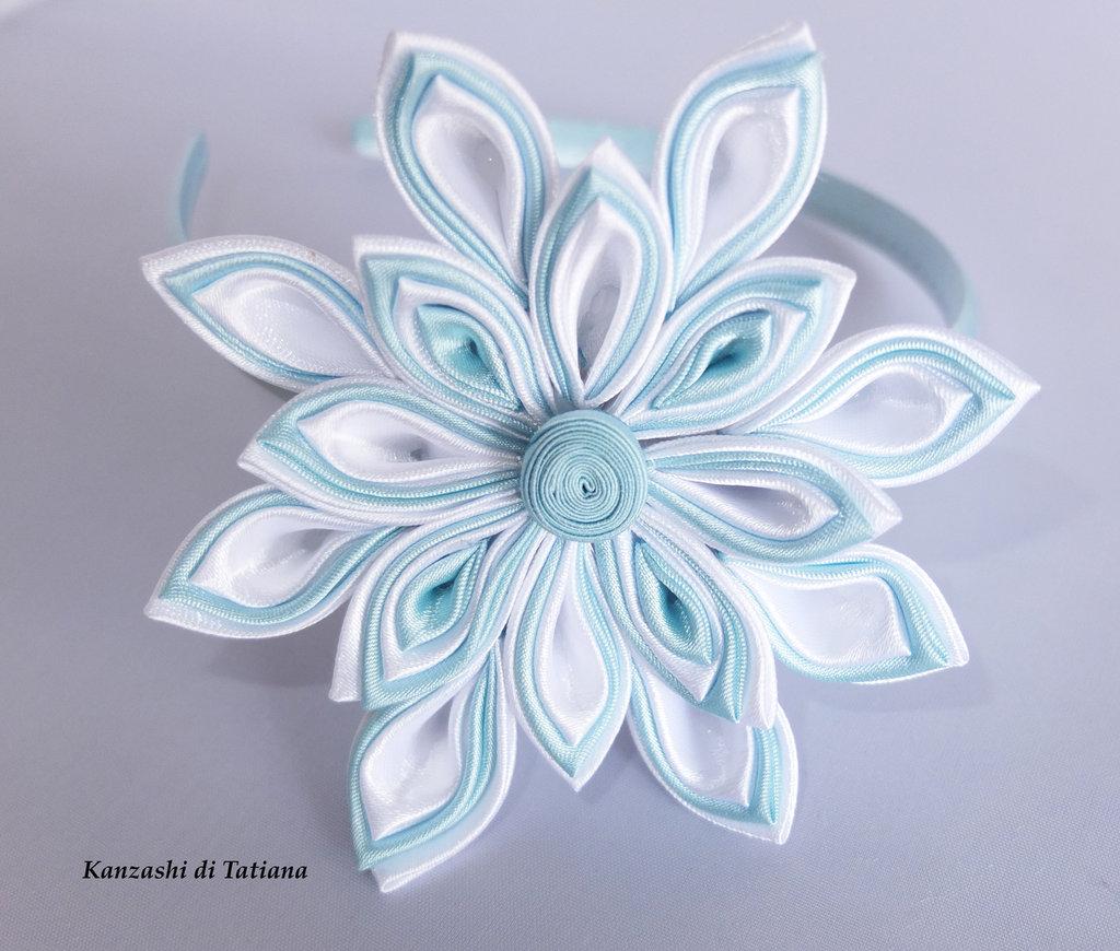 Fiore  kanzashi per capelli colore bianco e azzurro