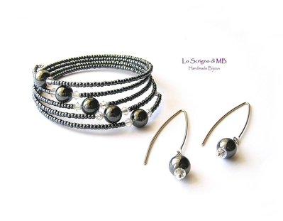 Bracciale Armonico Nero con Perle di Ematite e Cristalli, Orecchini, Parure