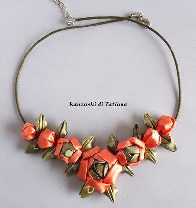 Collana kanzashi fatta a mano con fiori arancione