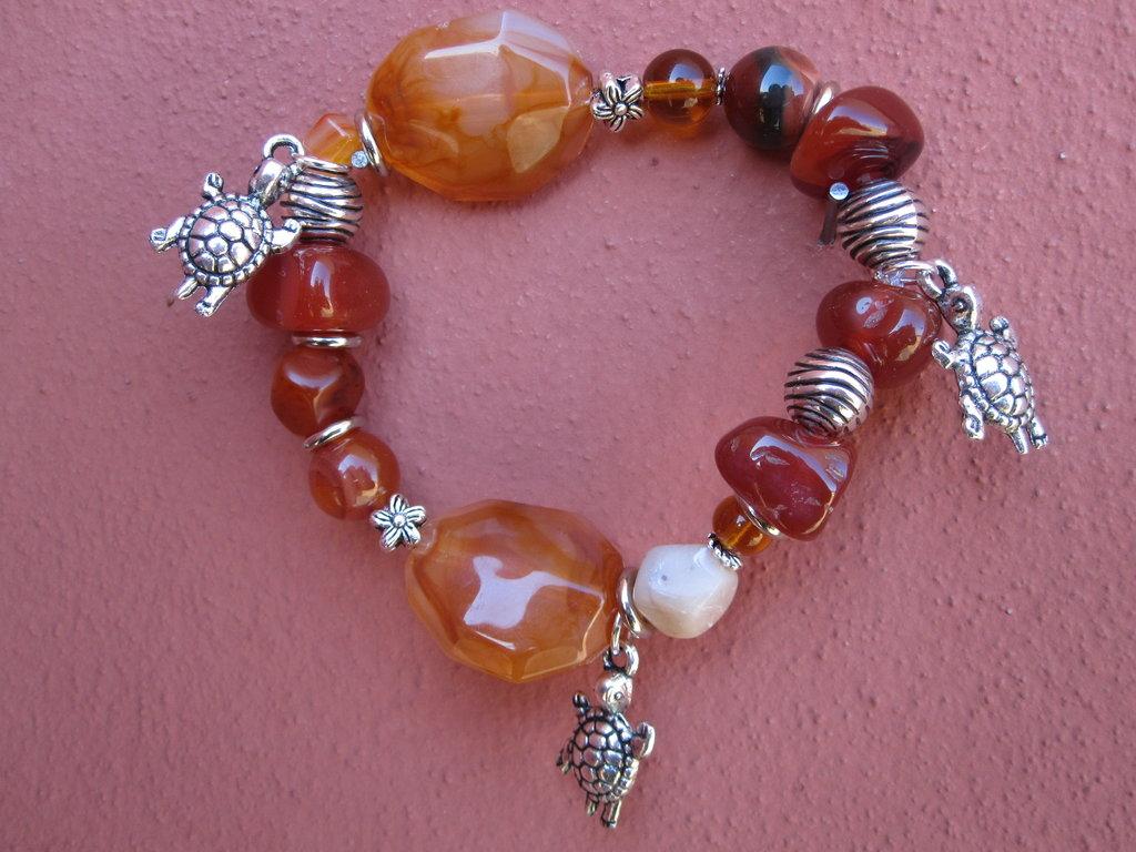 Bracciale elastico marrone con charms tartaruga