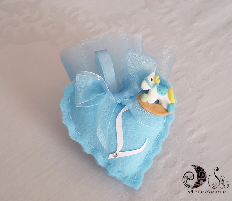 Bomboniera battesimo per bimbo portaconfetti cuore in tessuto cavallo a dondolo e lettera personalizzabile