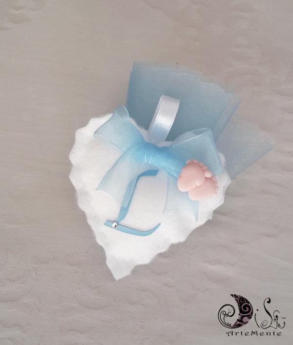 Bomboniera battesimo per bimbo portaconfetti cuore in tessuto bianco, piedini e lettera personalizzabile