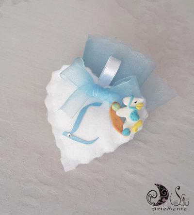 Bomboniera battesimo per bimbo portaconfetti cuore in tessuto bianco, cavallo a dondolo e lettera personalizzabile