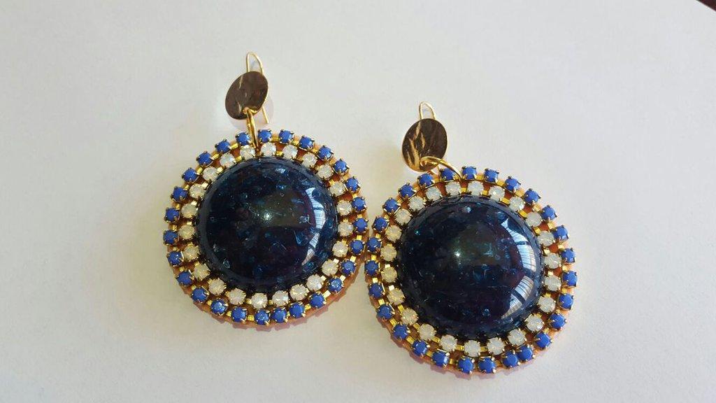 orecchino pendente con cabochon in resina blu notte e catene strass bianche e blu, monachella anallergica dorata, nichel free