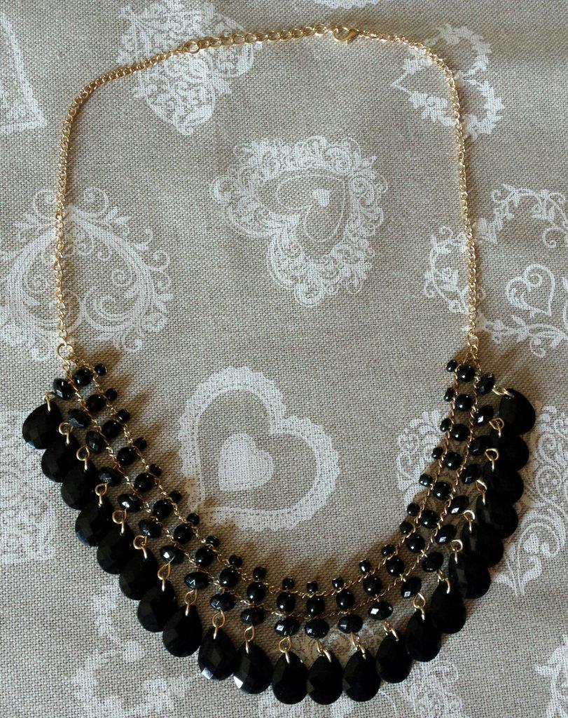 Collana dorata con perline nere tonde e goccia