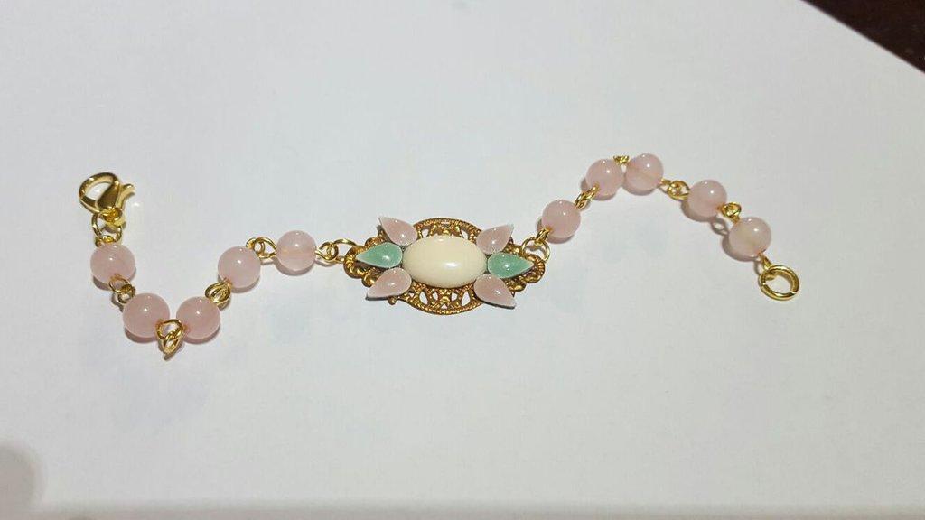 bracciale con perle di giada e filigrana in ottone, mini cabochon applicati sulla filigrana, bracciale montato con minuteria dorata