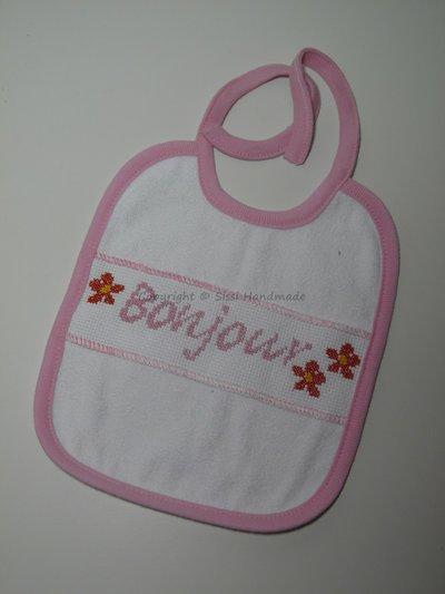 Bavaglino neonato con bordo rosa e scritta ricamata a mano