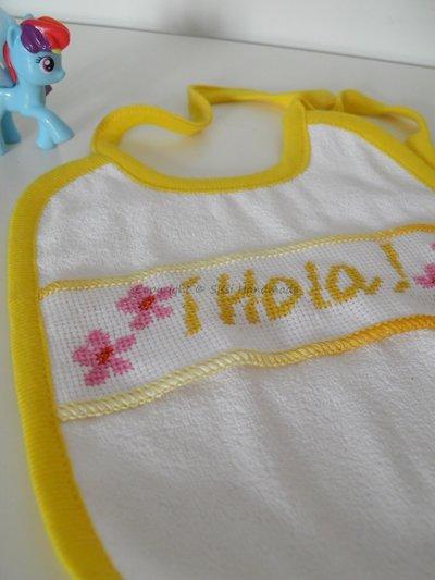 Bavaglino neonato con bordo giallo e scritta ricamata a mano