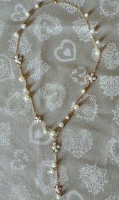 Collana lunga dorata con fiori smaltati bianchi e perle bianche