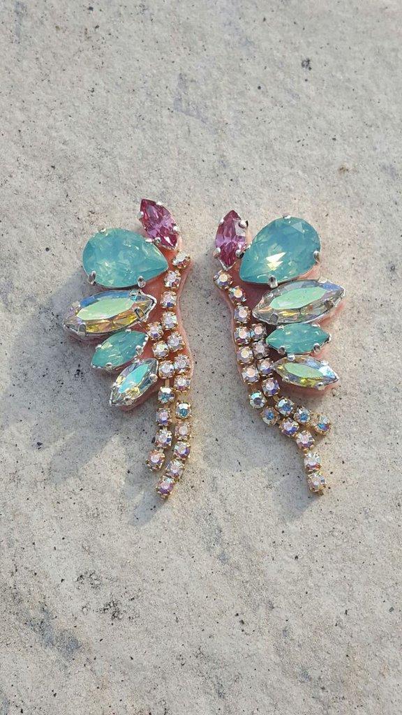 orecchini farfalla a lobo fatti a mano con simil cristalli in resina e catena strass, azzurro e fuxsia