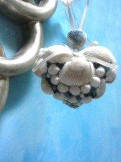"""""""Ci lasci il cuore"""" decorazione di un cuore imbottito con conchiglie di vari formati perline bianche e celesti e corallini blu"""