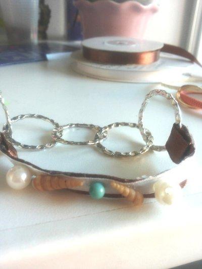 Bracciale perle conchiglie e anelli in metallo color argento martellato