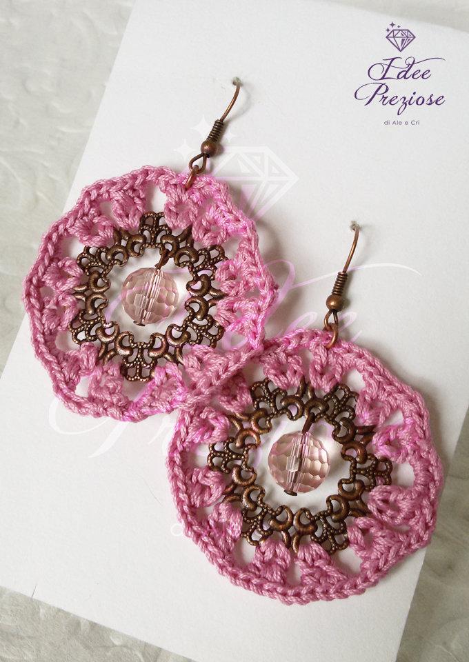 Orecchini in cotone rosa antico all'uncinetto lavorato su filigrana ramata