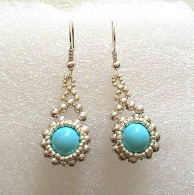 *Orecchini pendenti color argento e perla indiana turchese*
