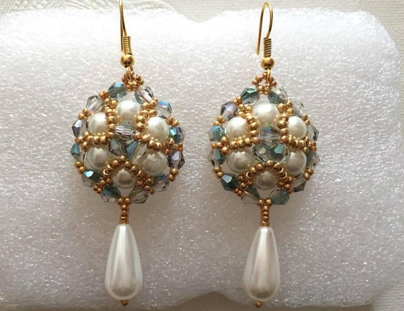 orecchini dama con perle bianche e pietre multisfaccettate verdi fatti a mano
