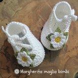Scarpine neonata all'uncinetto in puro cotone bianco con margherita - ballerine primavera