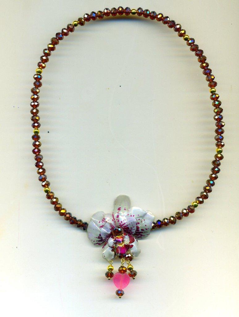 Spilla pendente con orchidea in sospeso trasparente e girocollo in mezzocristallo bordeaux