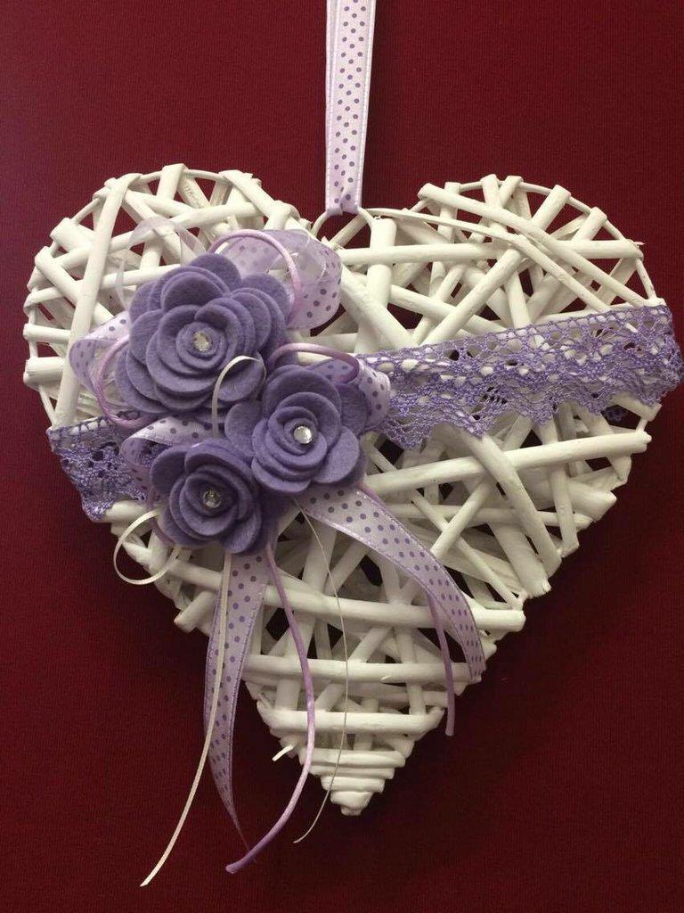 Cuore in legno con fiori lilla