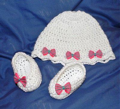 Cappellino e scarpette bambina bianco fatto a mano in COTONE 100%