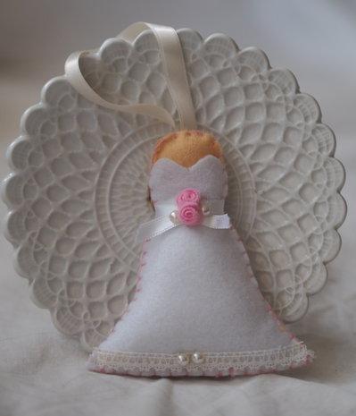 BOMBONIERA da MATRIMONIO in feltro.Abito da sposa.Applicati roselline,nastro di raso,pizzo, mezze perle.