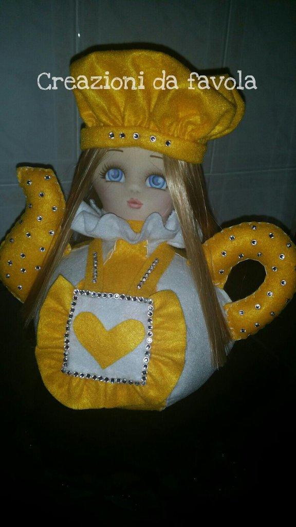 Teiera bambolina cuoca gialla