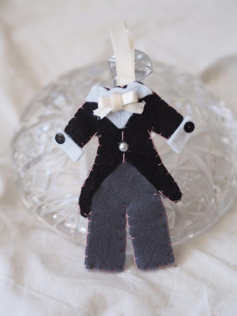 BOMBONIERA da MATRIMONIO in feltro.Abito da sposo(Tight).Feltro grigio/nero/bianco,paillettes,perla.Impunture rosa