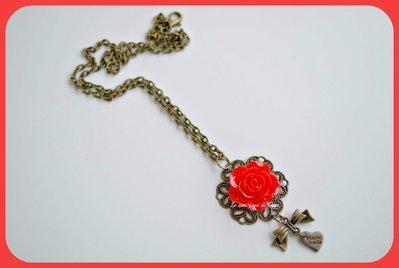 Collana con rosa rossa cabochon.