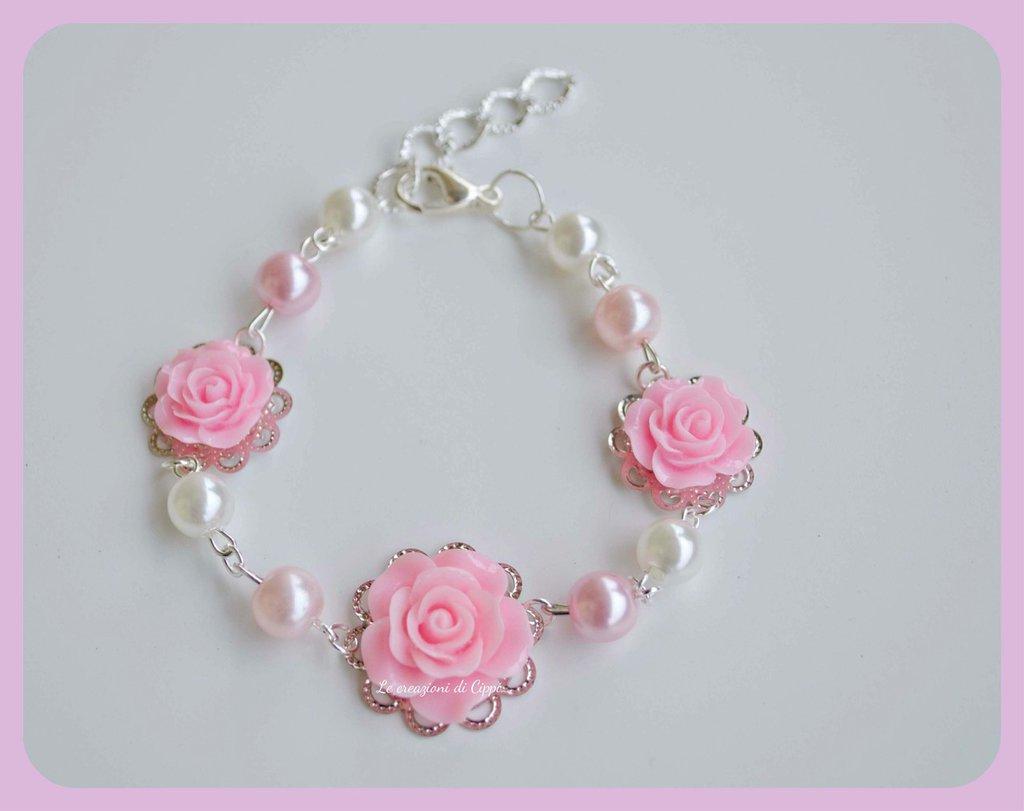 Bracciale con rose cabochon rosa e bianco.