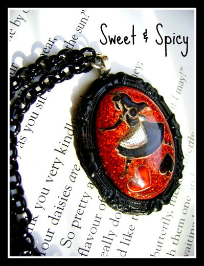 ALICE IN WONDERLAND-RUN ALICE-RESINA CAMEO NECKLACE