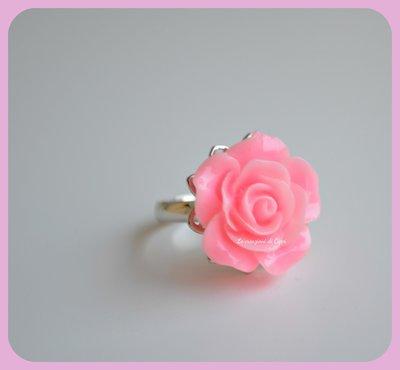 Anello con cabochon rosa color rosa.