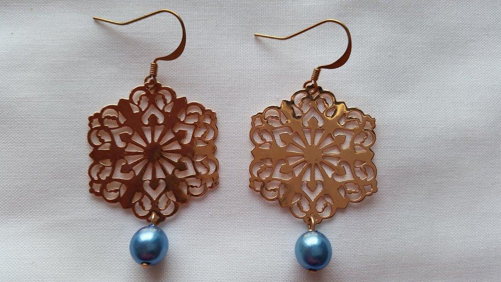 Orecchini pendenti placcati in oro rosa con perlina azzurra